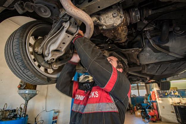 Mailand, italien 28. märz 2021: mechaniker repariert das auto