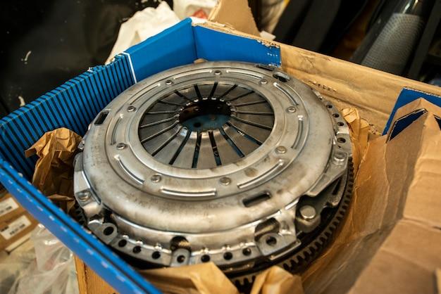 Mailand, italien 6. mai 2021: detail des autokupplungsersatzteils in einer werkstatt