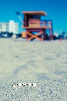 Maimi southbeach, rettungsschwimmerhaus mit buchstaben auf dem sand, florida, usa
