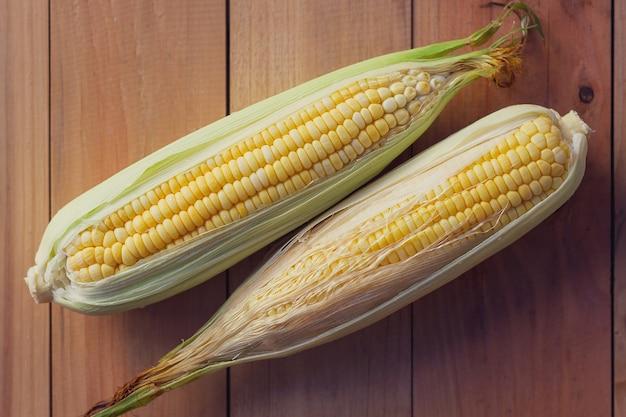 Mais auf dem holzboden