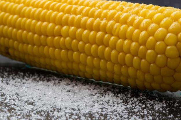 Mais auf einem dunklen mit salz