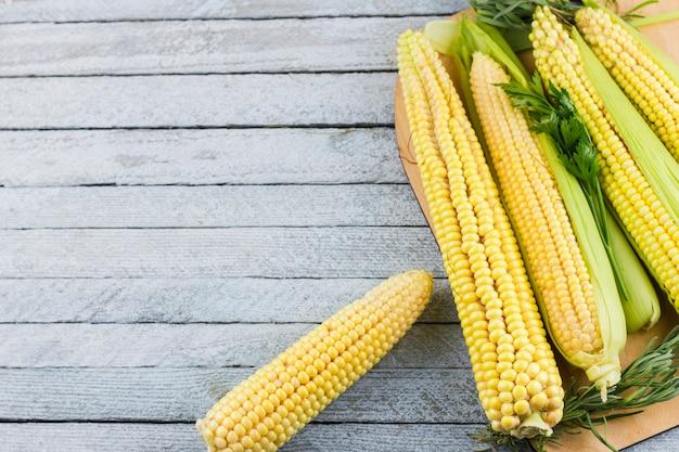 Mais auf holztisch mit kopienraum
