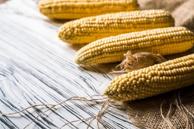 Mais auf stoff auf weißem hintergrund