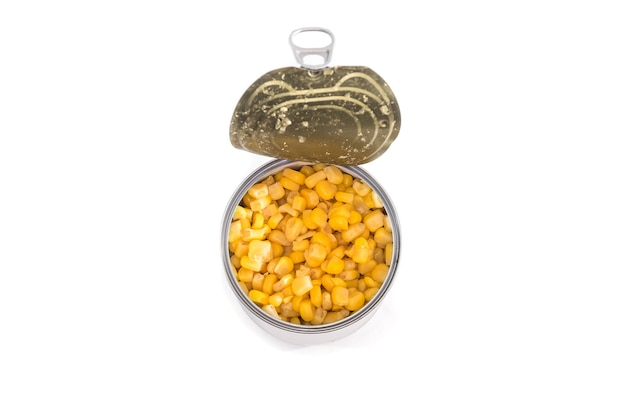 Mais in einer blechdose lokalisiert auf weißem hintergrund. sicht von oben.