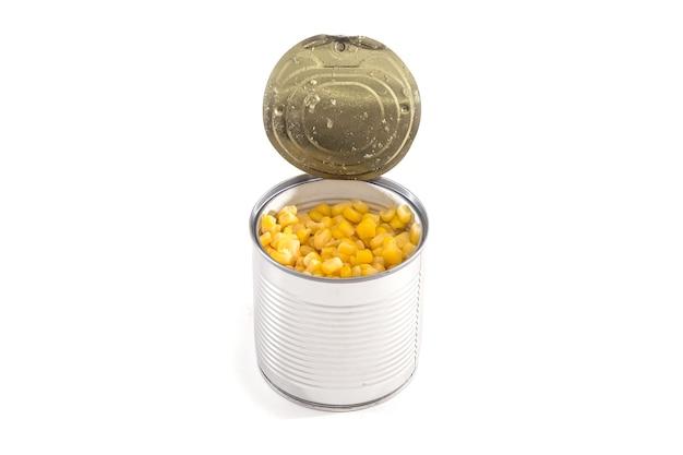 Mais in einer blechdose lokalisiert auf weißem hintergrund.