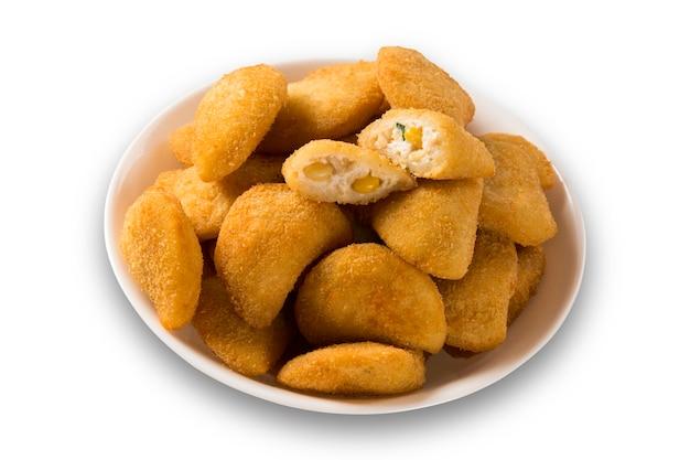 Mais-käse-frikadelle mit chilisauce auf weißer oberfläche serviert