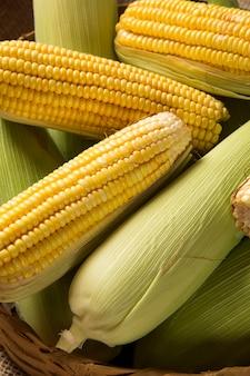 Mais mais und popcorn auf einem tisch kombiniert.
