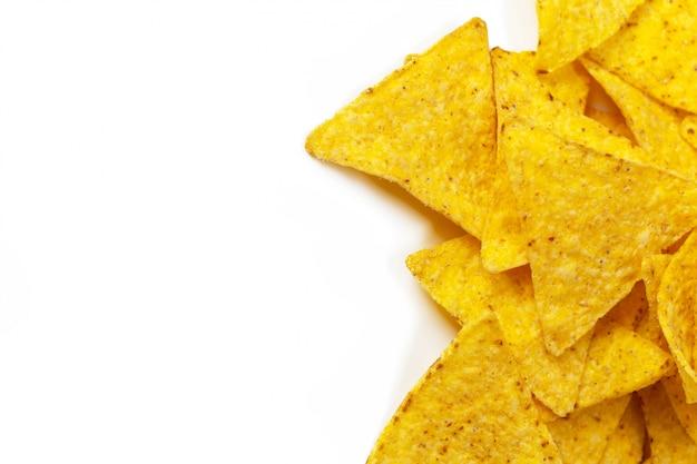 Mais nachos auf weiß
