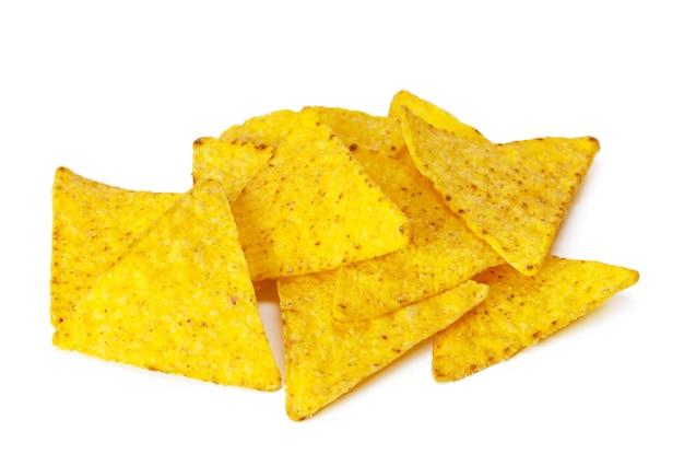 Mais nachos auf weißem hintergrund