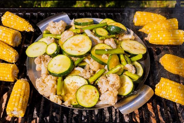 Mais, zucchini, spargel und blumenkohl auf grill.