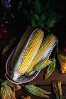 Mais, zucchiniblumen und basilikum
