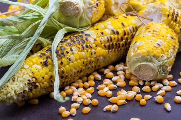 Maiskörner gegrillter mais mit blättern. nahaufnahme.