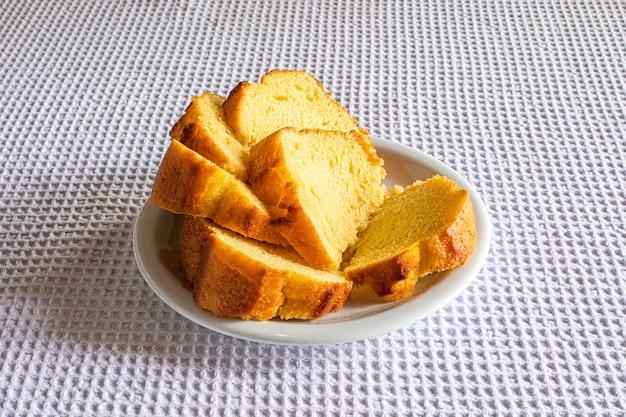 Maiskuchen mit maismehl auf frühstückstisch.