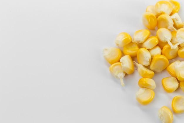 Maissamen lokalisiert auf weiß