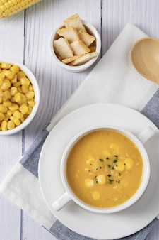 Maissuppe in schüssel. maissuppe in der weißen schüssel