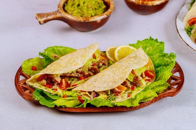 Maistortillas mit grünem salat, rindfleisch und guacamole