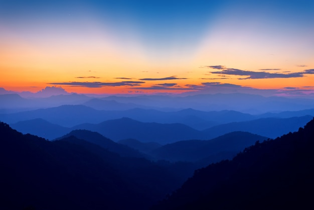Majestätische berge gestalten im sonnenunterganghimmel mit wolken, chiang mai, thailand landschaftlich