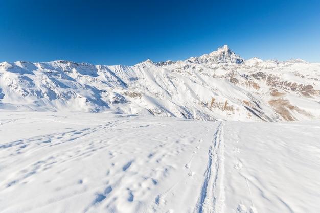 Majestätische berggipfel im winter in den alpen