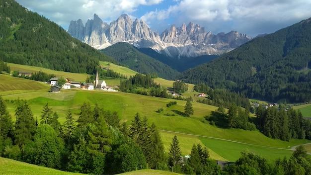 Majestätische landschaft von antorno see mit berühmter dolomitbergspitze von tre cime di lavaredo