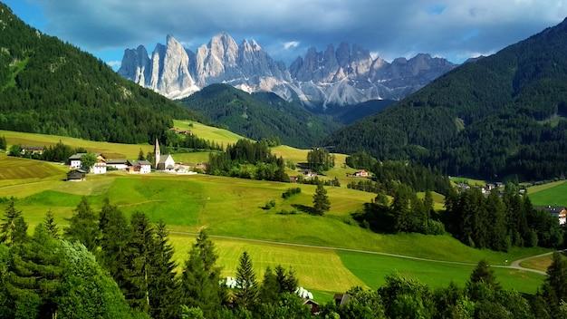 Majestätische landschaft von antorno see mit berühmter dolomitbergspitze