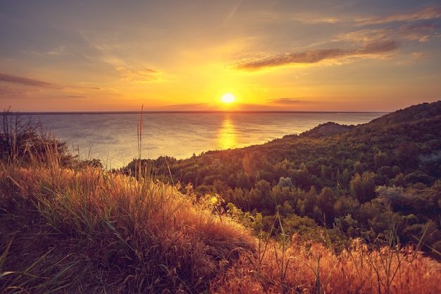Majestätische naturlandschaft mit sonnenunterganghimmel