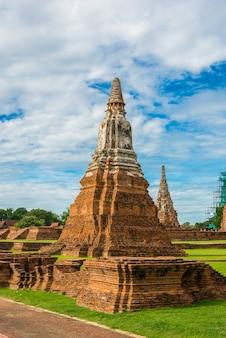 Majestätische ruinen von wat chai watthanaram (1629), erbaut von könig prasat tong, mit seinem wichtigsten prang (mitte), der den berg meru darstellt