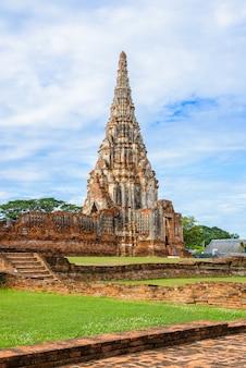 Majestätische ruinen von wat chai watthanaram (1629), erbaut von könig prasat tong, mit seinem wichtigsten prang (mitte), der den meru darstellt