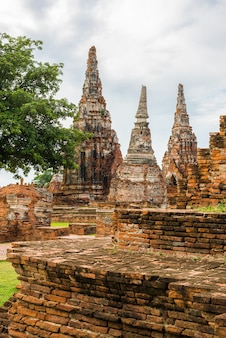 Majestätische ruinen von wat chai watthanaram aus dem jahr 1629, die von könig prasat tong erbaut wurden. das hauptgebäude prang (mitte) repräsentiert den berg meru, den wohnsitz der götter