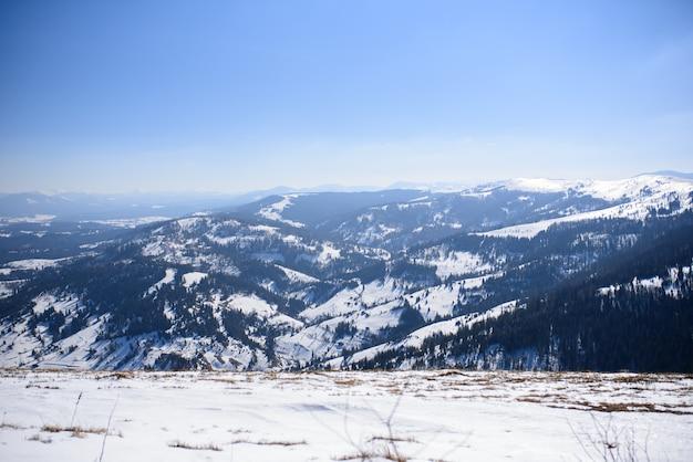 Majestätische wintergebirgslandschaft