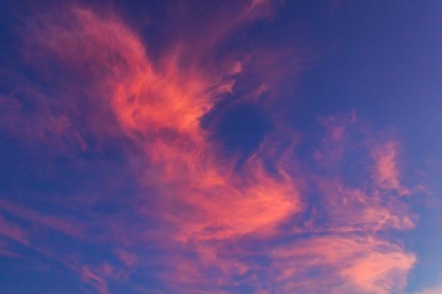 Majestätische wolken abends flauschig