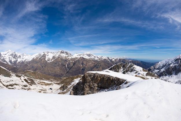 Majestätischer schneebedeckter gebirgszug auf den italienischen alpen