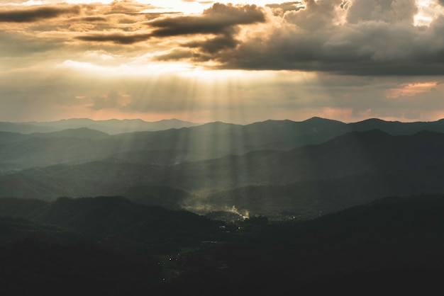 Majestätischer sonnenaufgang über den bergen