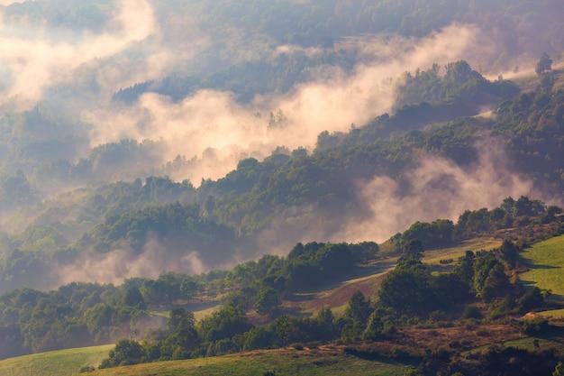 Majestätischer sonnenuntergang mit wolken auf den bergen gestalten in spanien landschaftlich