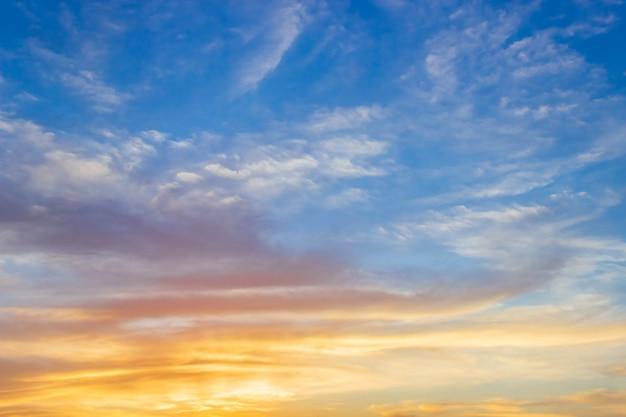 Majestätischer sonnenuntergangshimmel am morgen