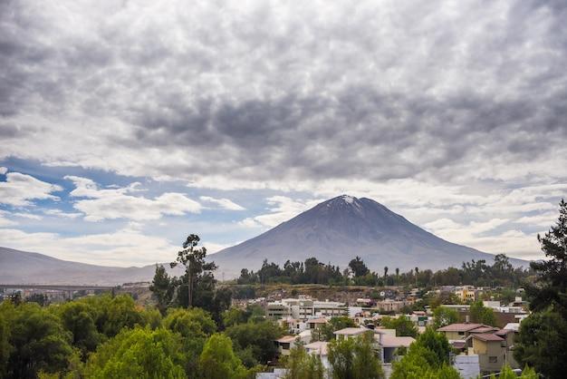 Majestätischer vulkan in peru