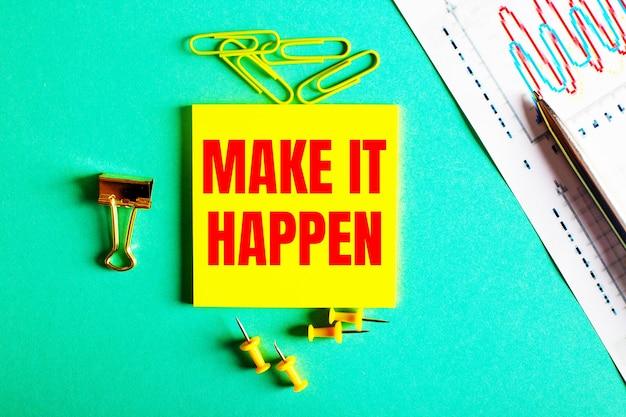 Make it happen ist in rot auf einem gelben aufkleber auf einer grünen fläche in der nähe der grafik und des bleistifts geschrieben