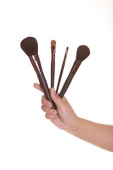 Make-up artist hand halten die rouge auf pinsel