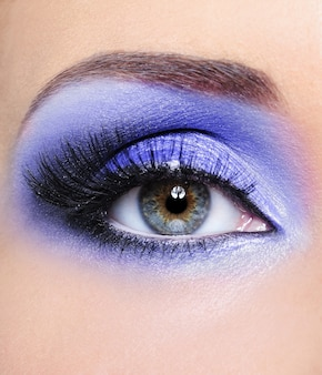 Make-up des frauenauges mit hellblauen lidschatten