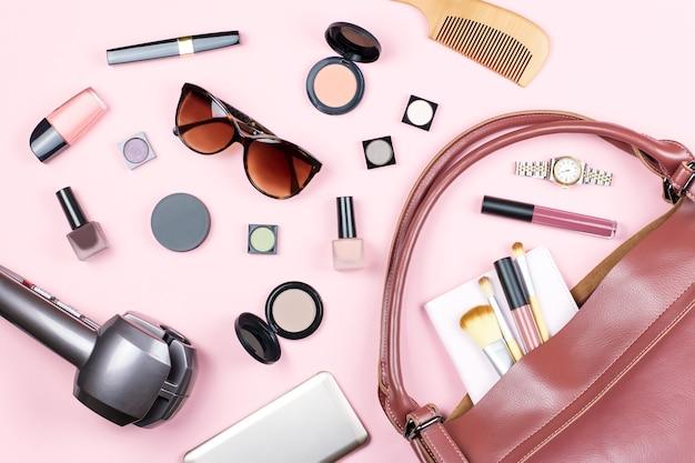 Make-up, handtasche und sonnenbrille auf pink