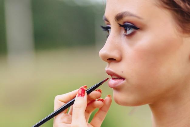 Make-up im wald fotoshoot machen