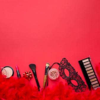 Make-up-kit und karnevalsmaske mit textfreiraum