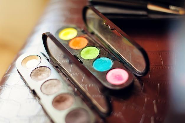 Make-up-kosmetik. lidschatten gesetzt, nahaufnahme. farbiger trockener lidschatten und rouge