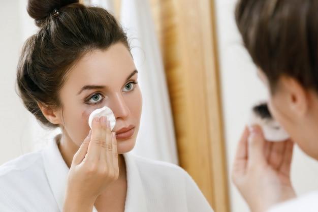Make-up mit einem wattepad entfernen