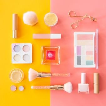 Make-up-palette auf dem schreibtisch