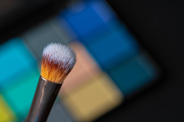 Make-up-palette und pinsel. professionelle lidschatten-palette. nahansicht.