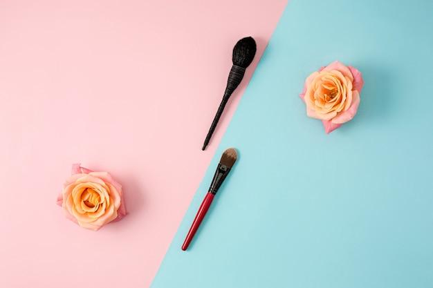 Make-up-pinsel auf buntem hintergrund mit notebook