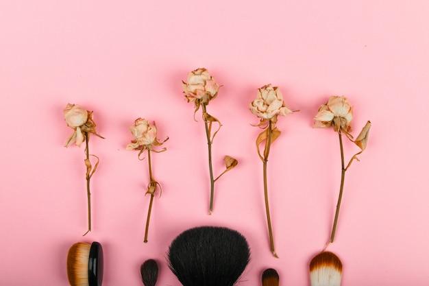 Make-up pinsel auf einem weiß und rosa. makeup bürsten. . liegt mit kopie. beauty- und kosmetik-blogger