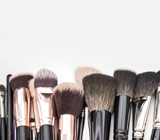 Make-up pinsel auf einfarbigen hintergrund