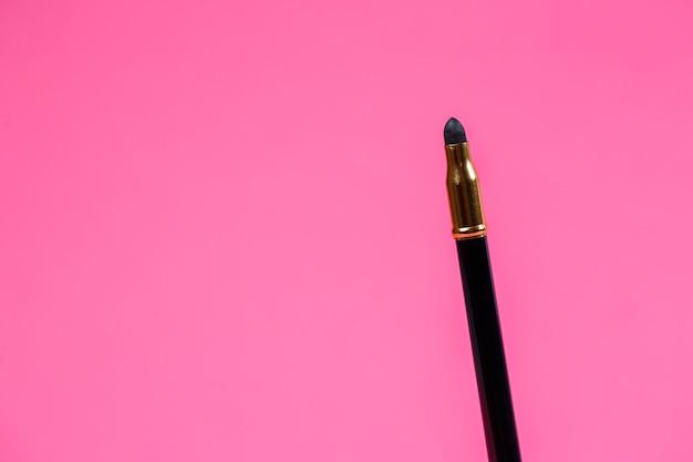Make-up-pinsel für die augen. eyeliner. schwammapplikator zum verblenden des bleistifts.