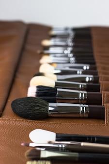 Make-up-pinsel in einem braunen etui. schminkkästchen